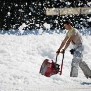 雪を投げる男性