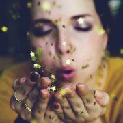金の紙吹雪と女性