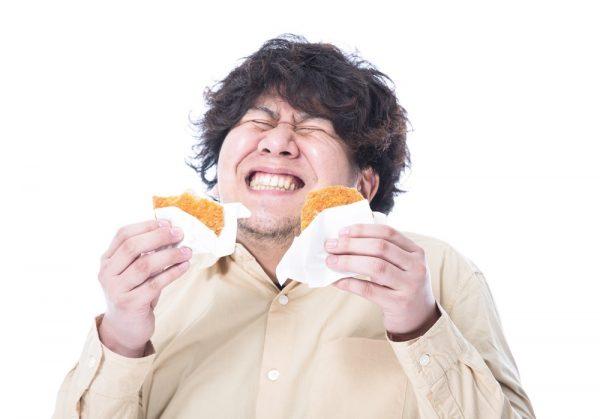 揚げ物食べる男性
