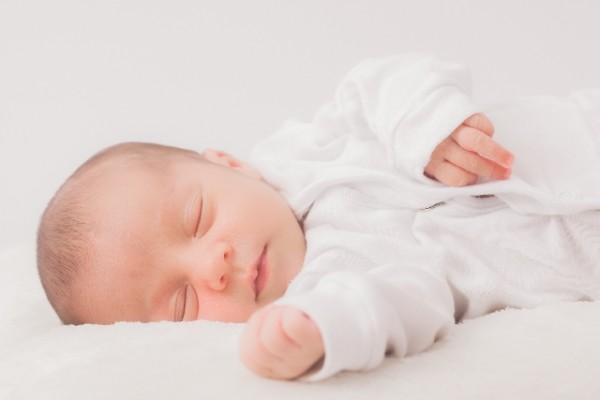 白いベビー服の赤ちゃん