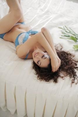 ベッドで寝ころぶ下着姿の女性