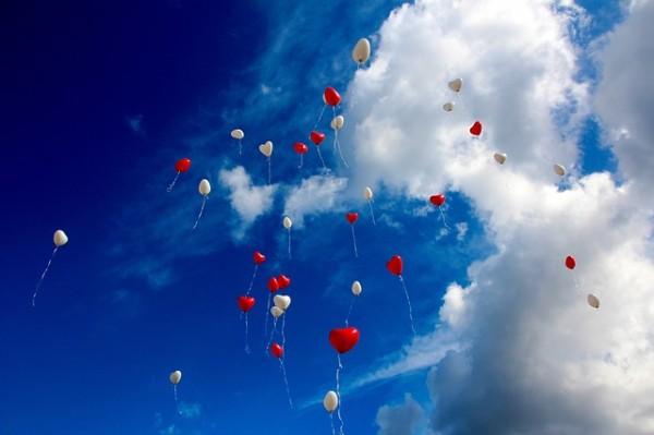 青い空に舞う風船
