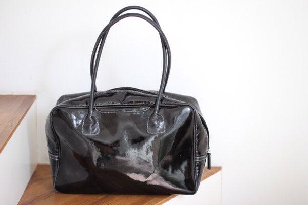 黒のエナメルボストンバッグ