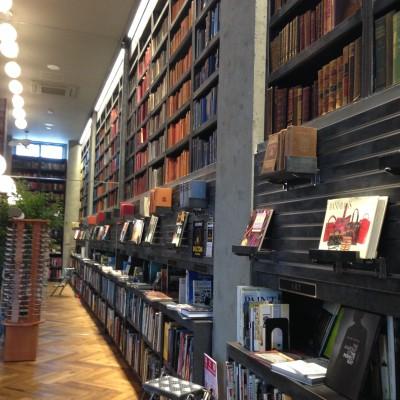 洋書が並ぶ中2階