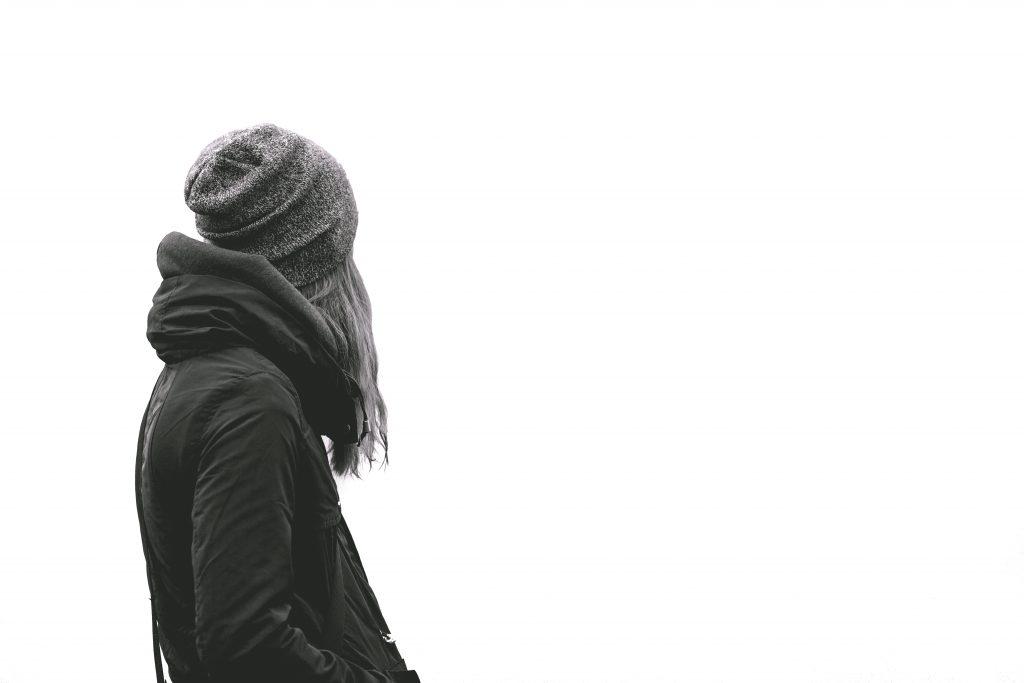 後ろ姿の女性