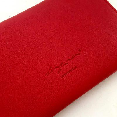 赤いパスポートケース裏面