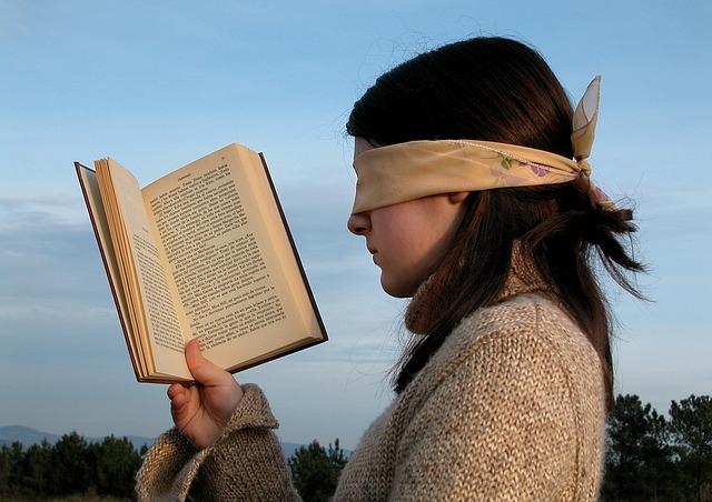 目隠しで読書する女の子