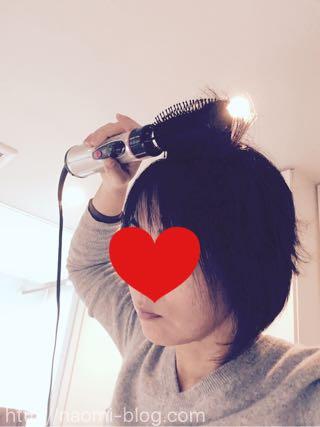 髪を前に巻く