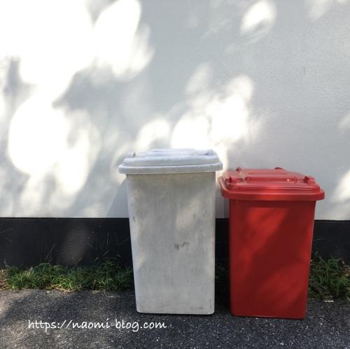 赤と白のゴミ箱