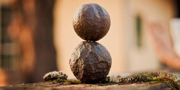 重なった丸い石