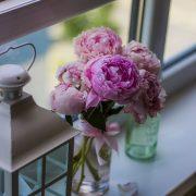 窓に飾る花